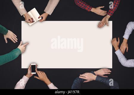 Teamwork und Zusammenarbeit Konzept - Draufsicht von sechs Personen zeichnen oder auf einem großen weißen leeren - Stockfoto