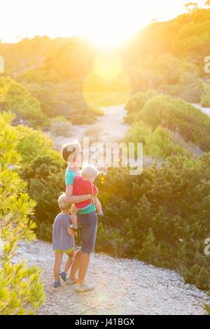 Mutter mit Kind und Baby, 1 Jahr alt, in der Abendsonne, Sommer, Calo des Moro, Mittelmeer, Herr, in der Nähe von - Stockfoto
