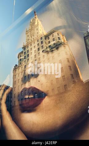 Telefonica Buliding Reflexion über ein Fenster Shop Mode Poster in der Gran Via Avenue. Madrid. Spanien - Stockfoto