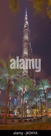 DUBAI, Vereinigte Arabische Emirate - 24. März 2017: Nächtliche Burj Khalifa mit den Wolken. - Stockfoto