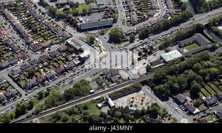 Luftaufnahme des Autos warten an einer Ampel, UK - Stockfoto