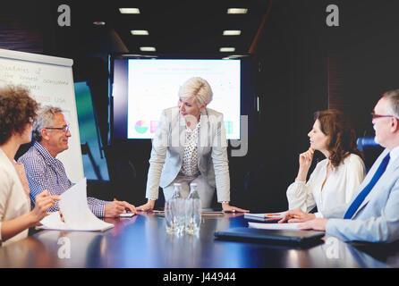 Business-Frau, die den Boden für Fragen zu öffnen