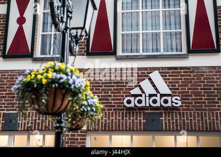 Roermond Niederlande 07.05.2017 - Logo von der Adidas Haus Backsteinhaus im Mc Arthur Glen Designer Outlet shopping - Stockfoto