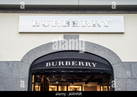 Roermond Niederlande 07.05.2017 - Logo von Burberry Store im Mc Arthur Glen Designer Outlet shopping-Bereich - Stockfoto