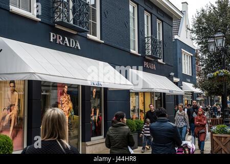 Roermond Niederlande 07.05.2017 - Logo des Luxus Prada Store in der Mc Arthur Glen Designer Outlet shopping-Bereich - Stockfoto