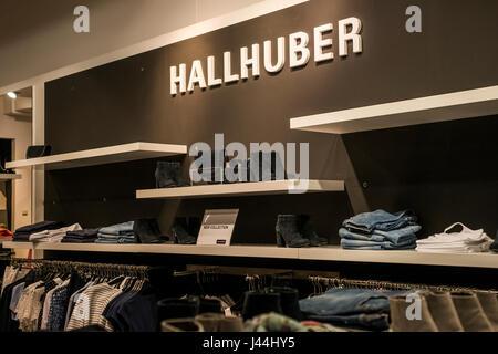 Roermond Niederlande 07.05.2017 - Logo des Hallhuber Store im Mc Arthur Glen Designer Outlet shopping-Bereich - Stockfoto