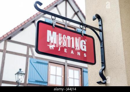 Roermond Niederlande 07.05.2017 - Logo des Mustang Jeans Store im Mc Arthur Glen Designer Outlet shopping-Bereich - Stockfoto