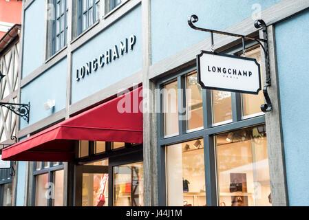 Roermond Niederlande 07.05.2017 - Logo von der Longchamp-Store in der Mc Arthur Glen Designer Outlet shopping-Bereich - Stockfoto