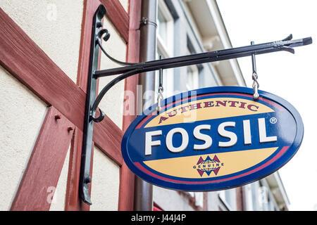 Roermond Niederlande 07.05.2017 - Logo des Fossils Kleidung Store im Mc Arthur Glen Designer Outlet shopping-Bereich - Stockfoto