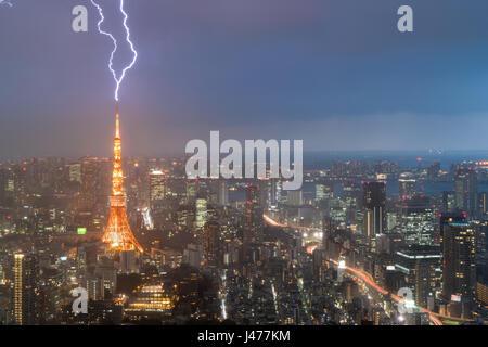 Gewitter über der Stadt Tokio, Japan in der Nacht mit Blitz über Tokyo Tower. Gewitter in Tokio, Japan.