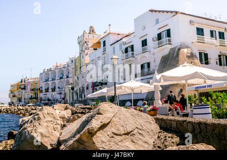 Iaschia März 2017, Italien: Restaurants am Meer in Ischia Ponte mit Touristen, die beim Anblick der das Castello - Stockfoto