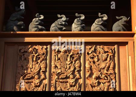 Holzschnitzerei in die buddhistische Tempelanlage Wat Ban Höhle, Mae Taeng, Chiang Mai, Thailand Stockfoto