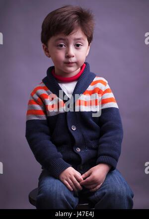 Portrait von trauriger Ernst multi-ethnischen asiatische Kaukasischen kleiner Junge mit braunen Haaren in einem - Stockfoto