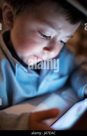 Süß und ernsthafte Suche multi-ethnischen asiatische Kaukasischen kleiner Junge trägt ein blaues Poloshirt und braunem - Stockfoto