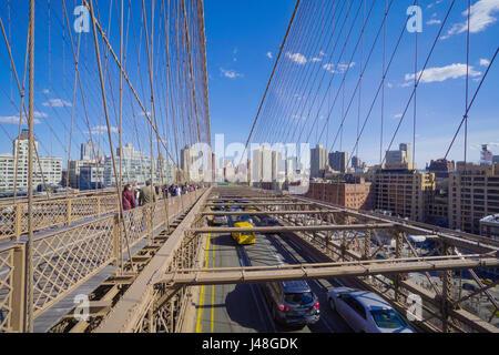 Straßenverkehr auf der Brooklyn Bridge in New York - MANHATTAN / NEW YORK - 1. April 2017 - Stockfoto