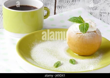 leckere Bratäpfel gefüllt mit Creme Honig und Nüssen, gesunde Ernährung, süße Köstlichkeiten - Stockfoto