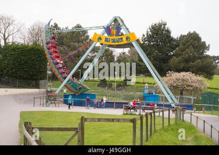 Meer schwingenden Drachenboot fahren Woodlands Familie Freizeitpark, Totnes, Devon, England, Vereinigtes Königreich. - Stockfoto