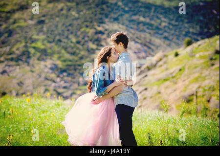 Urlaub Paare, die zusammen in Liebe halten umeinander. Interracial jungen Brautpaar. Jugendliche, Schüler, Jugend - Stockfoto