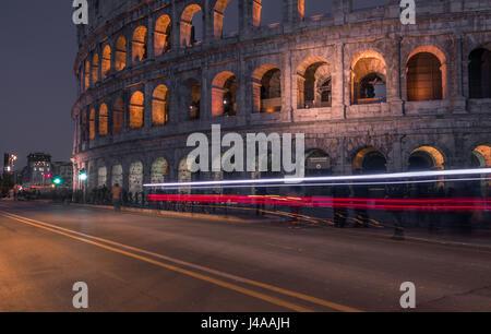Kolosseum bei Nacht mit Verkehr Lichtspuren, Rom, Italien. - Stockfoto