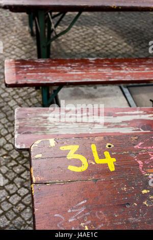 Die Nummer 34 auf eine alte Bank in Deutschland. - Stockfoto