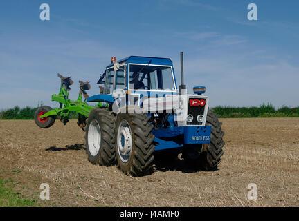 Weglosen 120 Traktor mit Pflug - Stockfoto