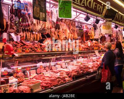 Zwei Frauen Einkaufen in einer Metzgerei in Santa Caterina Markt, Barcelona, Spanien. - Stockfoto