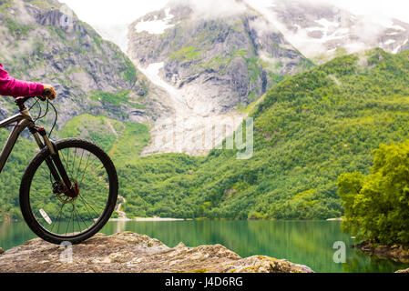 Mountainbike Fahrrad-Rad und Mountainbike Seenlandschaft, Norwegen - Stockfoto