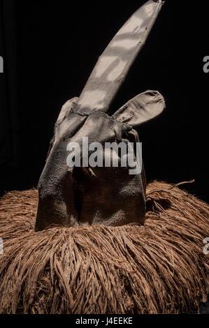 Afrikanische Maske mit Tuch Haar isoliert auf schwarzem Hintergrund, cianda - Stockfoto