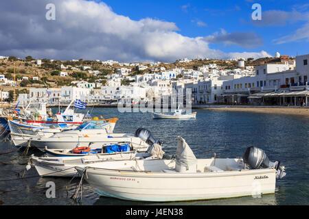 Kleine Boote im Hafen, weiß getünchten Mykonos-Stadt (Chora) mit Windmühlen auf Hügel, Mykonos, Cyclades, griechische - Stockfoto