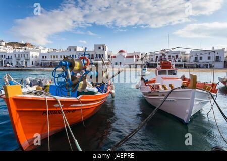 Bunte Boote im Hafen, weiß getünchten Mykonos-Stadt (Chora) mit Windmühlen und Kirchen, Mykonos, Cyclades, griechische - Stockfoto