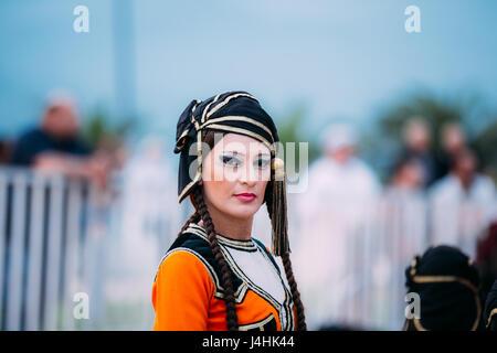 Batumi, Adscharien, Georgia - 26. Mai 2016: Frau gekleidet in traditioneller Tracht für georgischen Volkstänze anlässlich - Stockfoto