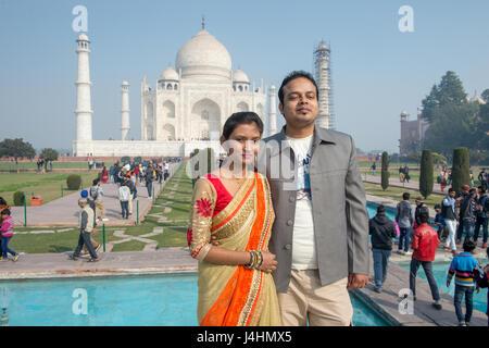 Touristen halten, um stellen und fotografieren vor dem wichtigsten Taj Mahal Grab befindet sich in Agra, Indien. - Stockfoto