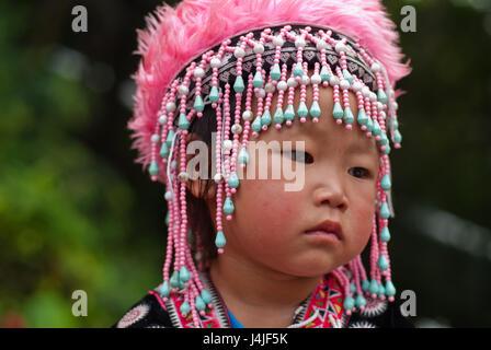 CHIANG MAI, THAILAND - Oktober 25: Porträt von nicht identifizierten Akha Hill Tribe Kinder mit traditionellen am - Stockfoto