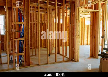 Der Rahmenbau oder ein Haus mit grundlegenden elektrischen Leitungen ...