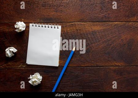 Draufsicht Bleistift, Notizpapier, zerknittertes Papier am Schreibtisch mit Textfreiraum. - Stockfoto