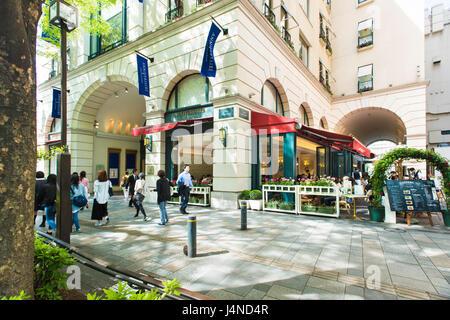 Omotesando Einkaufsstraße zeigt die Anniversaire Gebäude und Café in Tokio, Japan - Stockfoto