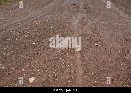 Spuren der Radfahrzeuge in der Landwirtschaft auf einem Feldweg - Stockfoto