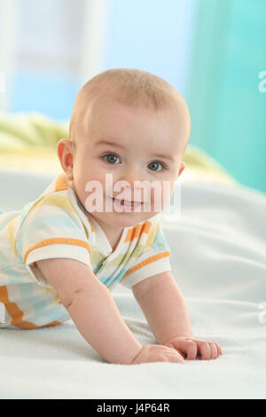Baby, 5 Monate, Lächeln, fügen Sie Unterstützung Porträt, Modell veröffentlicht, Menschen, Kind, Kleinkind, Kind - Stockfoto
