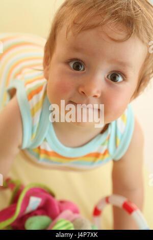 Baby, 8 Monate, kriechen, Porträt, gewellt, Modell veröffentlicht, Menschen, Kind, Kleinkind, Kind Portrait, Baby - Stockfoto