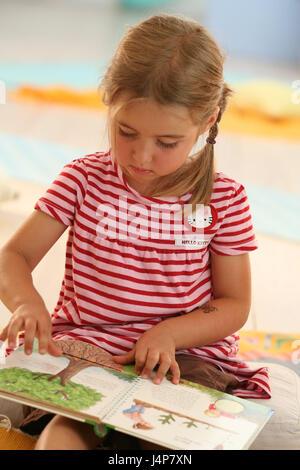 Mädchen, 4 Jahre, buchen, prüfen, Model Release, Menschen, Kind, Baby, Kleider, Kinderbuch, Entdeckungen, Indoor, - Stockfoto