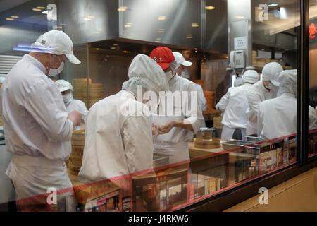 Chinesische Köche bereiten das Essen im Restaurant im Einkaufszentrum in Shanghai, China, 28. Februar 2016. - Stockfoto