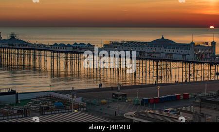 Blick auf einen Sonnenuntergang auf dem Pier in Brighton - Stockfoto