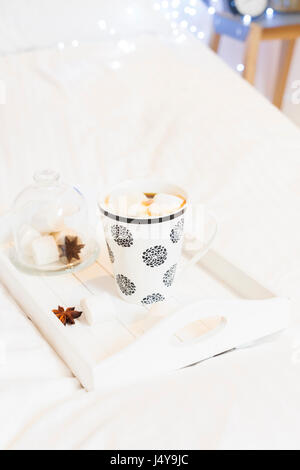 fr hst ckstablett bett im hotelzimmer stockfoto bild 102733661 alamy. Black Bedroom Furniture Sets. Home Design Ideas