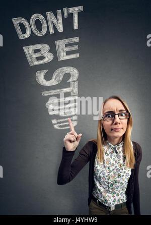 Schulmädchen-Nerd konfrontiert Unwissenheit mit Worten nicht dumme werden - Stockfoto