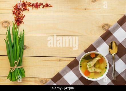 Russische nationale traditionelle Fischsuppe in einer weißen Schüssel - Stockfoto