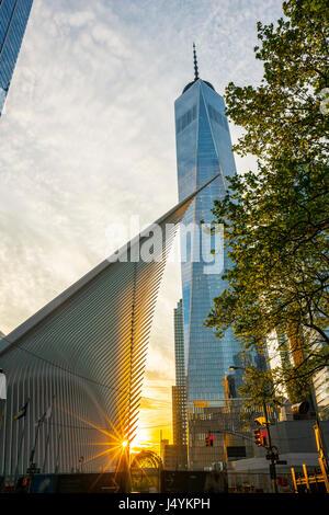 World Trade Center Verkehrsknotenpunkt am Sonnenuntergang von Santiago Calatrava und Gebäude des One World Trade - Stockfoto