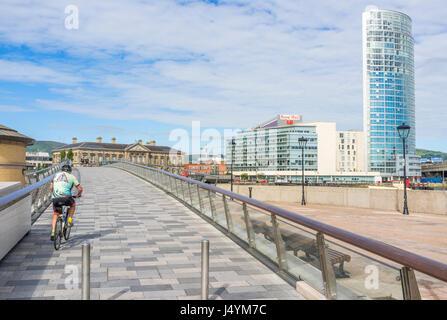 Lagan wehr Fußgänger- und Zyklus Bridge mit der obel Gebäude. Die Brücke kostet £5 Millionen wurde im Jahr 2015 - Stockfoto