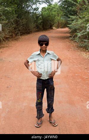 Junge stand auf Straße, Karnataka, Indien, Asien - Stockfoto