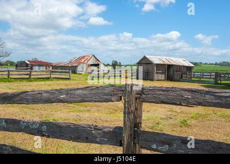 Alter Bauernhof Schuppen jenseits von Post und Bahn Zäune in rustikale ländliche Szene von Straße im Land Australien - Stockfoto