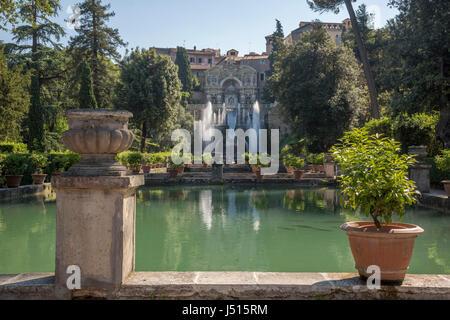 Blick in Richtung der Fischteiche, der Neptun-Brunnen (Fontana di Nettuno) und der Brunnen der Orgel, Villa d ' - Stockfoto